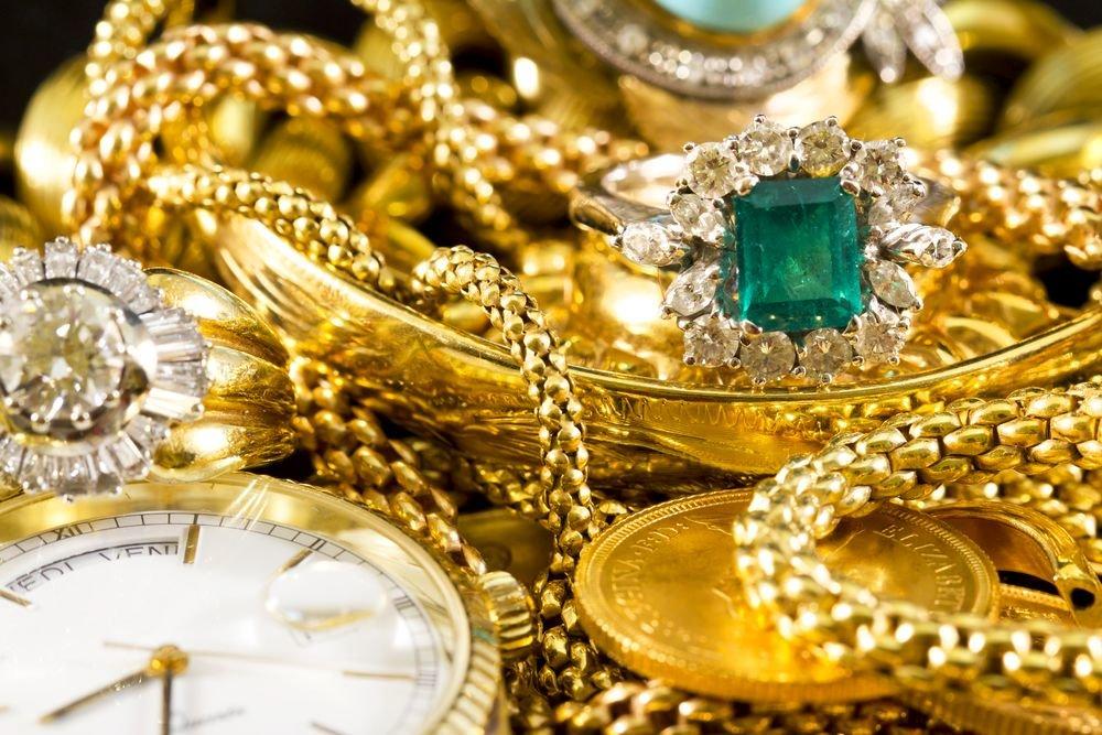За контрабанду изделий из драгоценных металлов в <!--