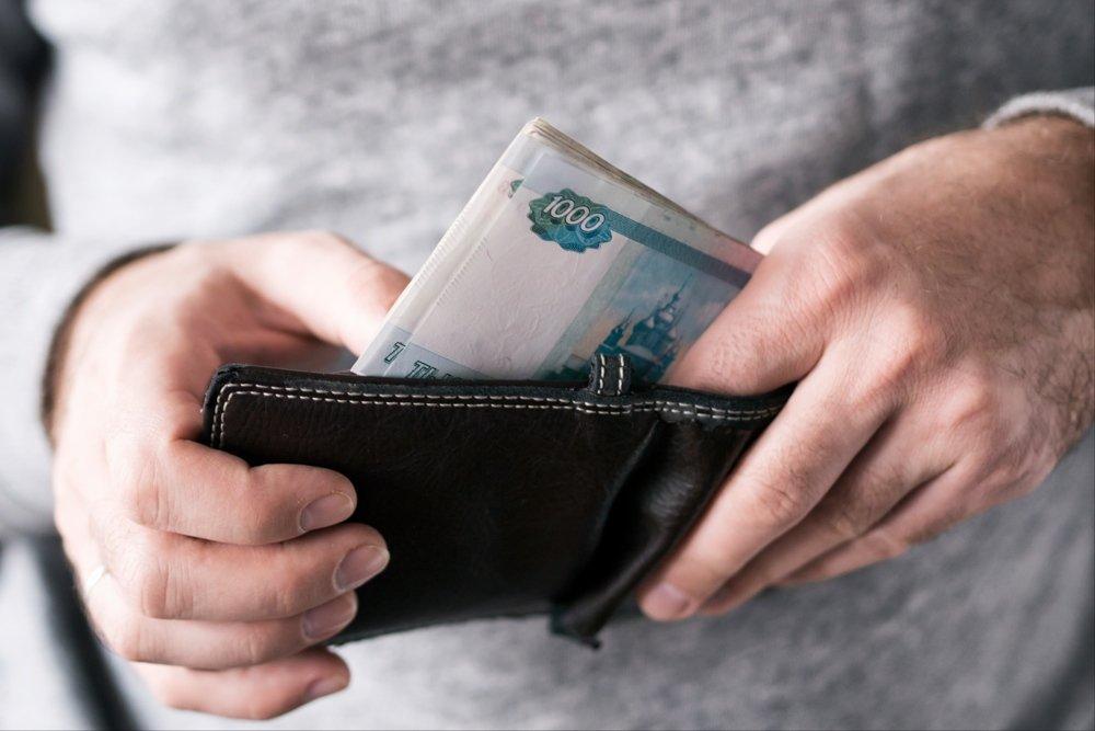 На картинке изображено мужчина держит в руках кошелёк с деньгами Верховный Суд разъяснил, как судить за оказание услуг, не отвечающих требованиям безопасности