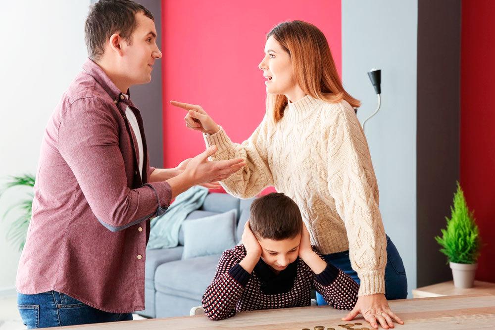 На картинке изображено Муж с женой ругаются, ребёнок закрыл уши. Статус «безработный» перестанет быть поводом для некоторых отцов платить мизерные алименты своим детям или не платить их совсем
