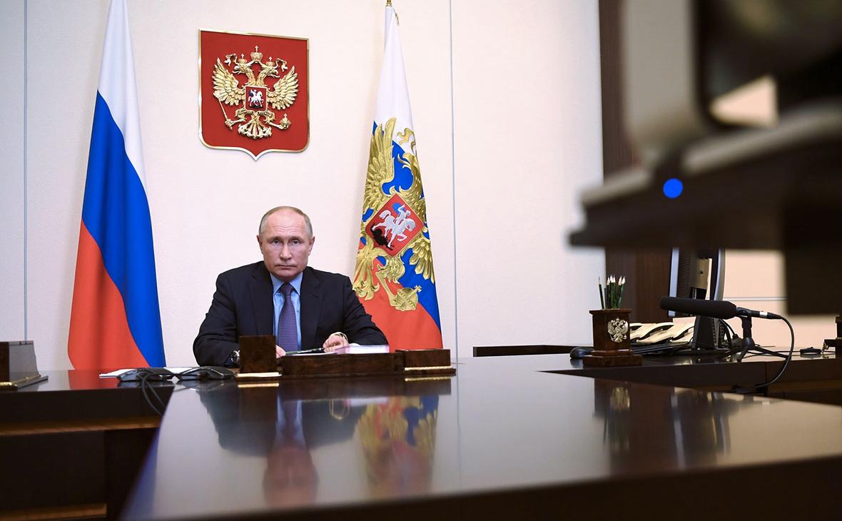 На картинке изображено Путин сидит за столом. Пожизненное назначение чиновников на должность?