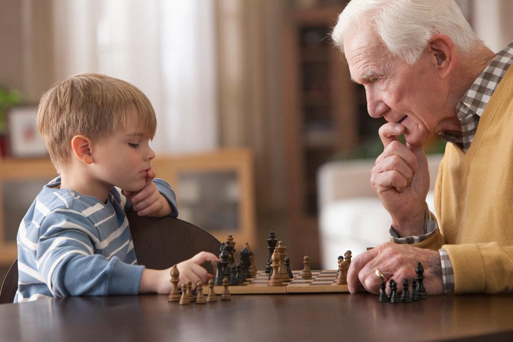 На картинке изображено Дедушка и внук играют в шахматы Почему бабушек и дедушек с внуками юридически ничего не связывает?